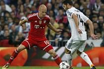 Xabi Alonso z Realu Madrid (vpravo) se snaží obehrát Arjena Robbena z Bayernu Mnichov.