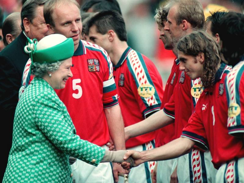 Britská královna Alžběta II. se zdraví s Karlem Poborským na ME 1996. S číslem 5 je kapitán Miroslav Kadlec.