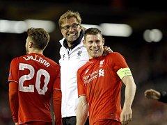 Trenér Liverpoolu Jurgen Klopp slaví postup do finále s Jamesem Milnerem.