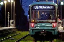 Lidé s rouškami v tramvaji ve Frankfurtu