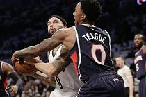 Jeff Teague z Atlanty (vpravo) a Deron Williams z Brooklynu.
