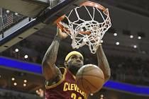 LeBron James z Clevelandu smečuje proti Washingtonu.