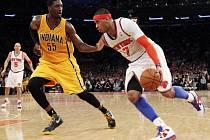Carmelo Anthony z NY Knicks (vpravo) se prosazuje přes Roye Hibberta z Indiany.