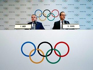 Šéf Mezinárodního olympijského výboru Thomas Bach (vlevo) a mluvčí Mark Adams.