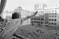 Den lidských práv si 10.prosince připomněli účastníci manifestace na Václavském náměstí v Praze. Na snímku Marta Kubišová zdraví účastníky manifestace