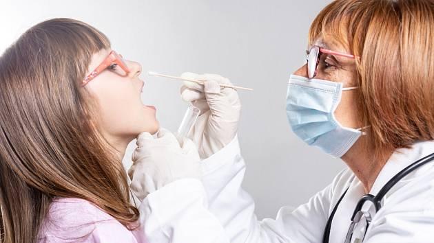 Testování dětí na koronavirus - Ilustrační foto