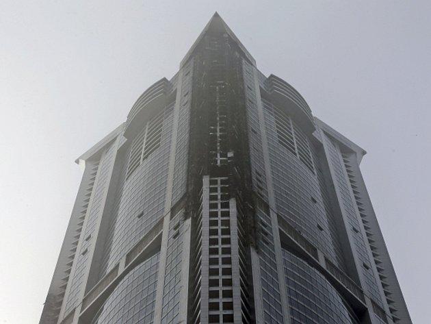 Mrakodrap v Dubaji patřící mezi nejvyšší obytné budovy světa dnes nad ránem zachvátil požár. Ten se hasičům po několika hodinách podařilo uhasit.