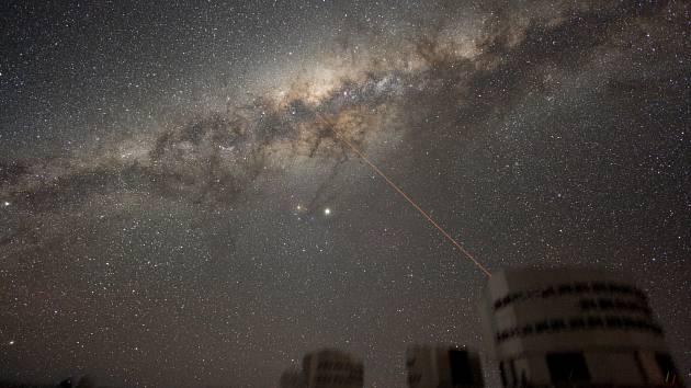 Snímek nočního nebe s Mléčnou dráhou nad observatoří Paranal.