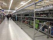 V obchodech ve floridském Tallahassee dochází zásoby vody a potravin