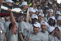Fotbalisté Sparty slaví mistrovský titul.