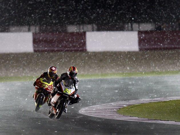 Závod třídy do 125 ccm v Losailu po čtyřech kolech ukončil déšt. Na snímku Simone Corsi (24) a Stefan Bradl.