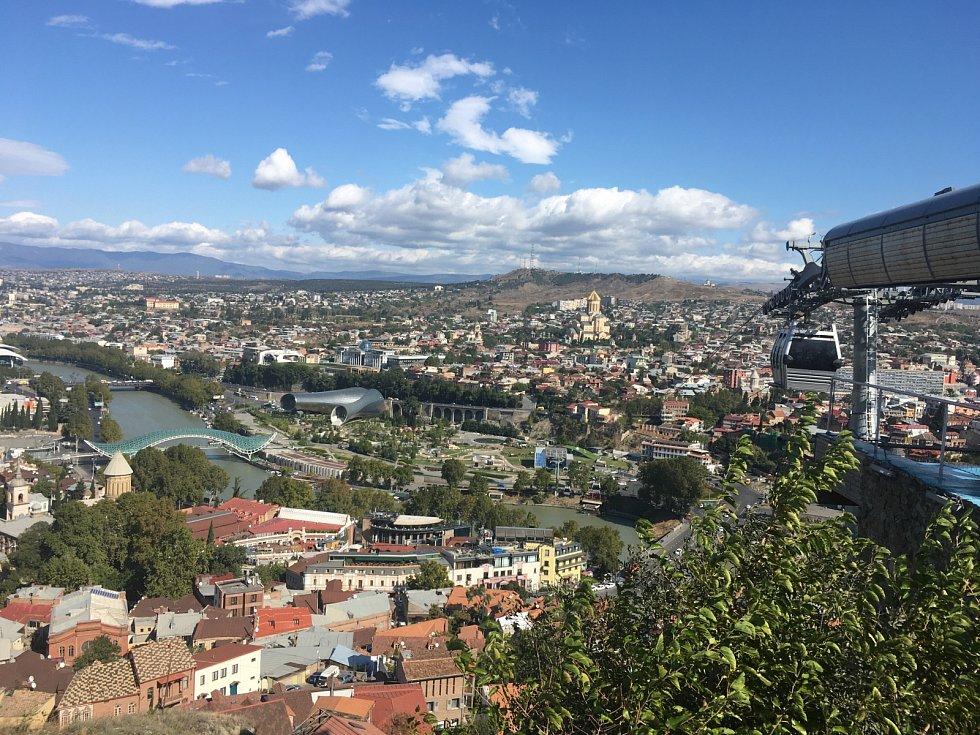 Hlavní město Tbilisi je na počet obyvatel velké asi jako Praha. Rozkládá se na pohorcích nad řekou Kura. Když jsem si jej chtěla prohlédnout z výšky, šlapat do kopce jsem nemusela, na vrchol s nejkrásnějším výhledem mě pohodlně vyvezla lanovka.
