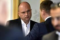 Zbrojař Jaroslav Strnad dnes u zlínského krajského soudu odmítl, že by jeho firma Excalibur Army dovezla do skladu v muničním areálu ve Vrběticích na Zlínsku zakázaný materiál.