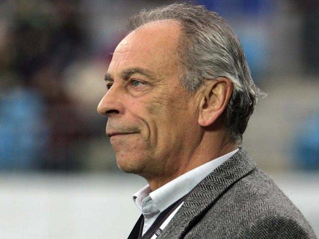 Trenér František Cipro nového hráče vítá.