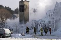 Nejméně tři lidé dnes zahynuli při požáru v kanadském domově důchodců.