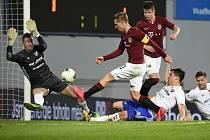 Bořek Dočkal ze Sparty s míčem před brankářem Ostravy Janem Laštůvkou.