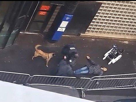 Policie zastřelila muže poté, co se zjevně pokusil zaútočit řeznickým sekáčkem a falešnými výbušninami na pařížskou policejní stanici.