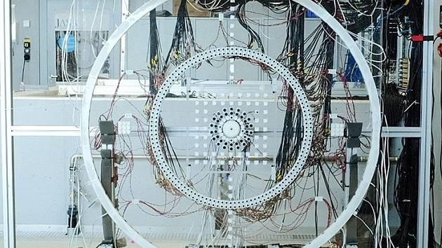 Experimentální sestava prstenců mikrofonů a reproduktorů