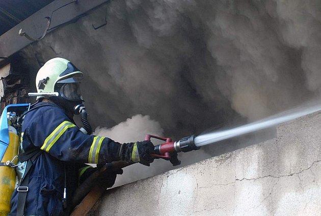 Požár skládky v Dolní Řásnici.