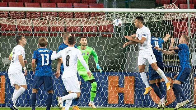 Eran Zahavi střílí gól do slovenské branky v Lize národů.