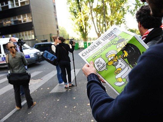 Do redakce francouzského týdeníku vtrhli ozbrojenci, 11 mrtvých