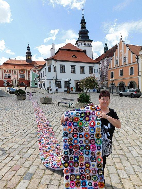 Blanka Böhmová z Kaznějova vyrobila rekordní květinový koberec