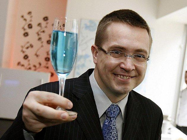 Plastický chirurg, majitel několika klinik a bývalý moderátor pořadu Tabu na TV Nova Roman Šmucler.