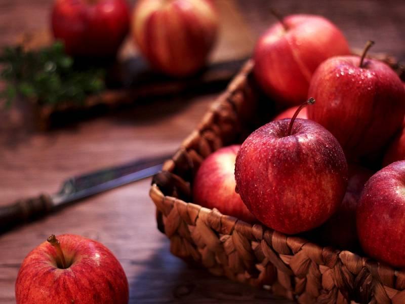 Výkupní cena jablek, za kterou je ovocnáři prodávají, totiž letos klesla o několik korun za kilogram.