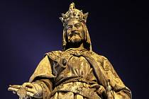 Bronzová socha Karla IV. v Praze.