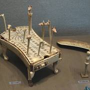 Set na hru ohaři a šakali objevený v egyptské hrobce faraona Amenemheta IV.