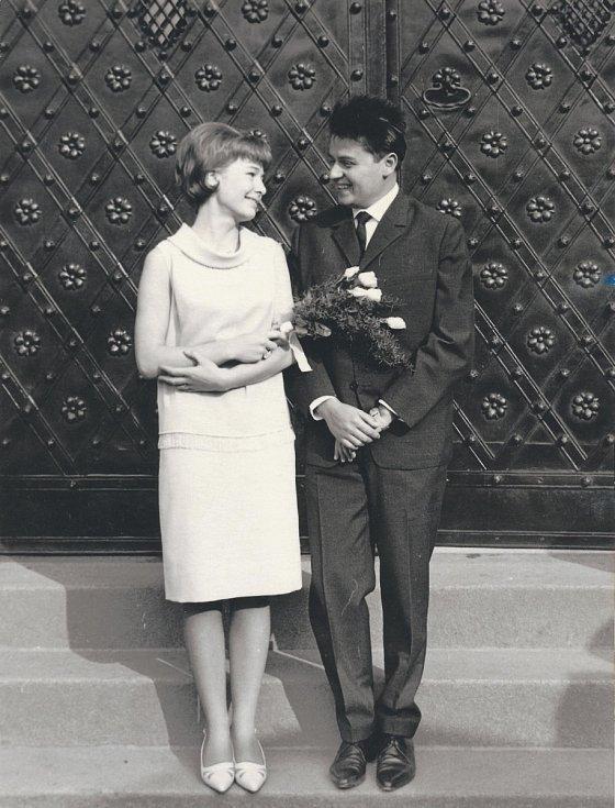 """Novomanželé Jana a Hynek Bočanovi si řekli """"ano"""" 12. října 1965. Jsou spolu dodnes."""