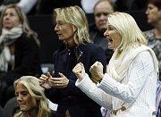Legenda Jana Novotná (vpravo) povzbuzuje české tenisty ve finále Davis Cupu proti Španělsku.