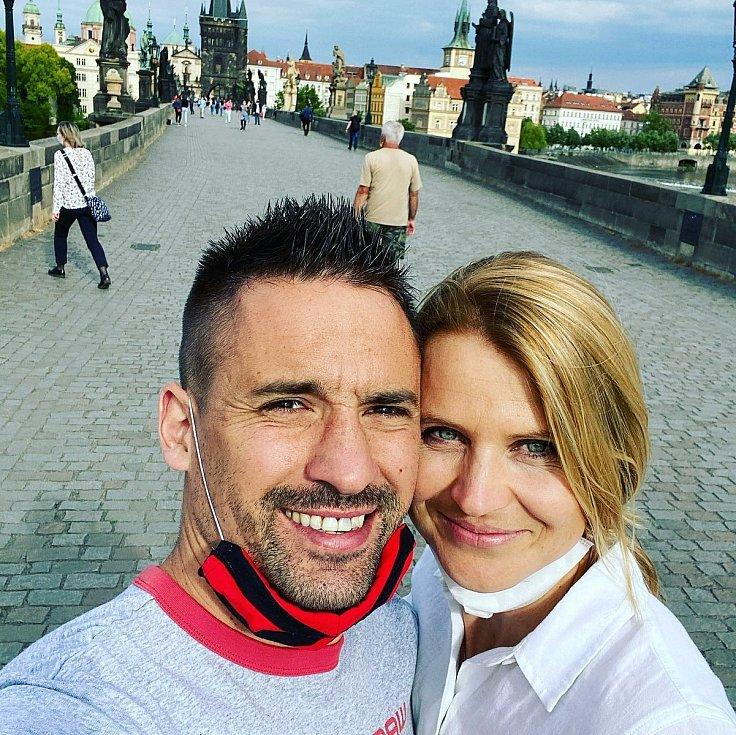 Tomáš Plekanec s Lucií Šafářovou na Karlově mostě v Praze.
