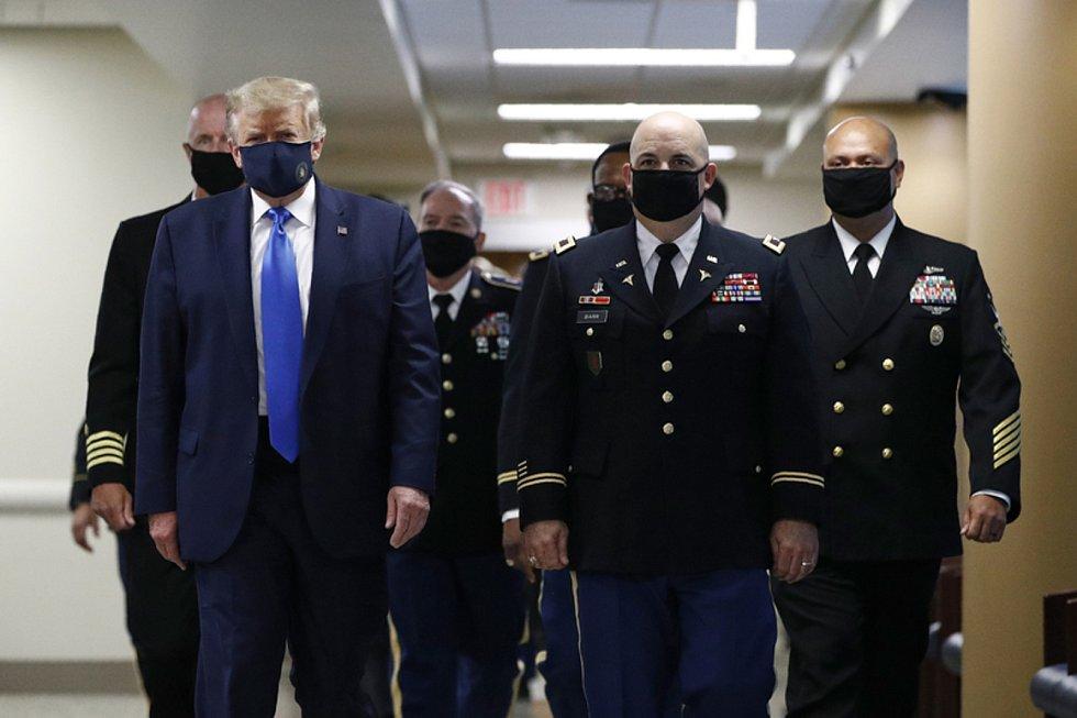 Americký prezident Donald Trump 11. července 2020 navštívil nemocnici Waltera Reeda na předměstí Washingtonu, kde se setkal se zraněnými vojáky a zdravotníky.