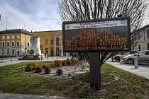 Světelný panel vyzýval 23. února 2020 v severoitalském městě Casalpusterlengo obyvatele, aby kvůli šířící se nákaze novým typem koronaviru zůstávali doma