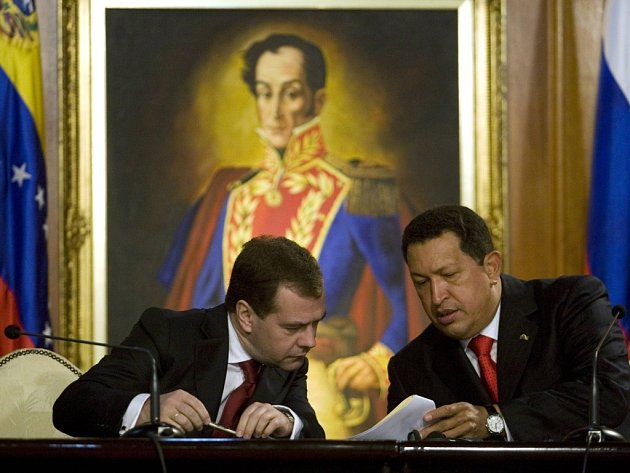 Medveděv a Chávez v paláci Miraflores v Caracasu.