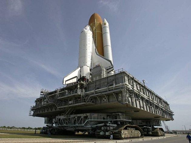 Raketoplán Atlantis na rampě v Kennedyho vesmírném centru na Floridě. Start je naplánován na noc z 8. na 9. června.