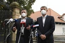 Zleva ministr vnitra a šéf Ústředního krizového štábu Jan Hamáček (ČSSD) a premiér Andrej Babiš (ANO) vystoupili na tiskové konferenci po jednání s prezidentem Milošem Zemanem