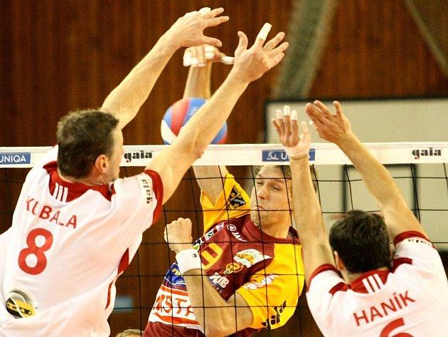 Volejbalisté Ostravy Kubala s Haníkem (v bílém) v zápase proti Dukle Liberec.