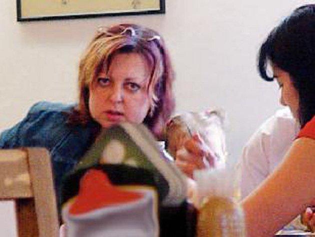 Olga Hinková, jihlavská psycholožka, pomáhá oběma párům v těžké životní situaci. Včera si dokonce jednu z holčiček pochovala.