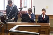 Hlavní líčení v případu obžaloby dvou mužů, Matouše Bulíře (uprostřed) a Pavla Kozáka (vpravo), kteří podle policie umístili tabule s urážlivými nápisy o Romech v areálu památníku v Letech