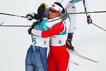Charlotte Kalla (Švédsko) a Marit Bjoergen (Norsko)