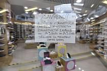 Prodejny v obchodním centru Zlaté jablko ve Zlíně zůstaly 14. března 2020 zavřené kvůli novému opatření vlády k zamezení šíření koronaviru.