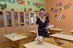 Pedagogové v olomoucké základní škole Mozartova připravovali 28. srpna 2020 třídy na nový školní rok. Učitelka Petra Vévodová pokládá novým prvňákům na lavice balíčky.