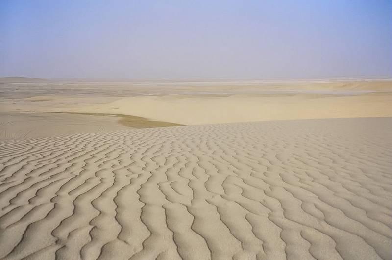 Většinu území jednoho z nejbohatších států Perzského zálivu, Kataru, tvoří nehostinné pouště. Pískem jsou obklopená i takzvaná města duchů na severozápadě země.