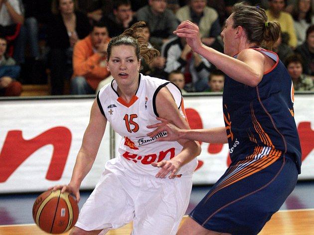 Brněnské basketbalistky porazily španělskou Valencii 65:55 a vyrovnaly tak serii na 1:1.