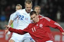 David Rozehnal (vlevo) v souboji s Dánem Niclasem Bendtnerem.