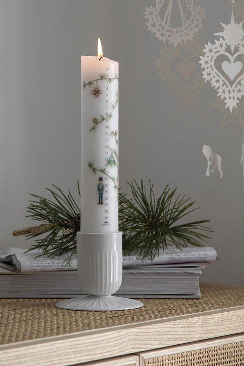 Adventní svíčky mají různé podoby. Ve Skandinávii jsou nejznámější tzv. Kalenderlys – vysoké svíčky s čísly od 1 do 24, které každý den zapálíte a odpočítáváte tak dny do Vánoc.