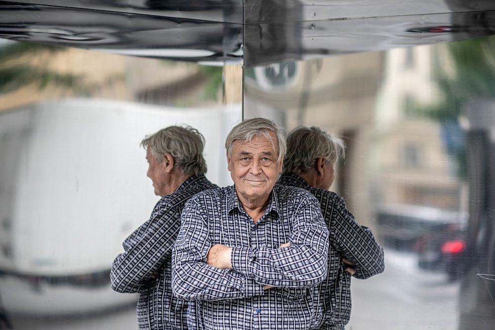 Zdeněk Žák účinkuje také v Divadle Na Jezerce v roli stárnoucího rockera Gigiho v komedii Pánský klub.
