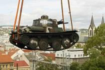 Slavnostní představení historického československého tanku LTP získaného do sbírek Vojenského historického ústavu z Peru. Tank byl jeřábem usazen na nádvoří muzea.